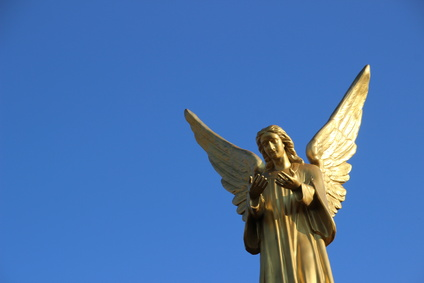 goldener Engel vor blauem Himmel - © Hans-Jörg Nisch / fotolia