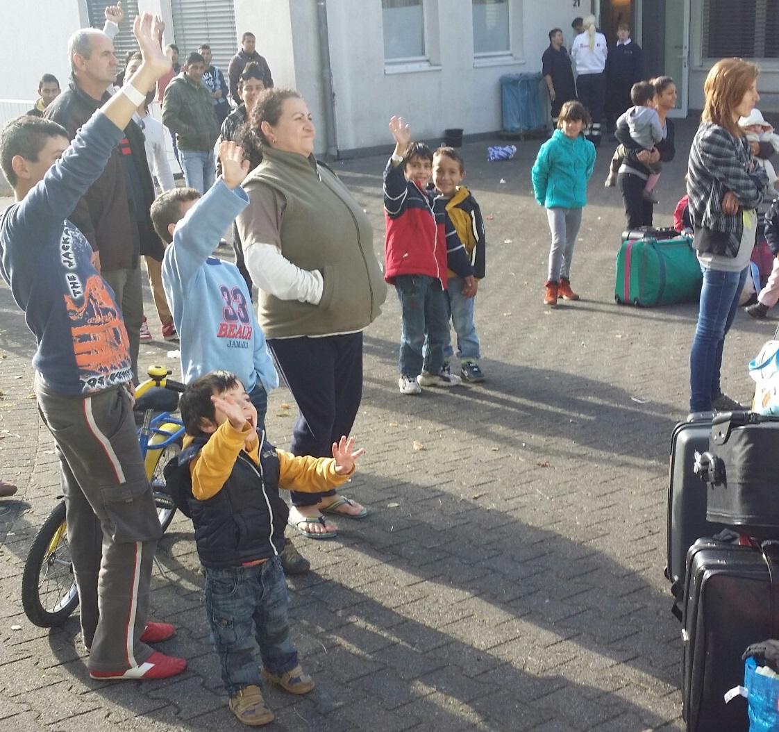 Notaufnahmelager Rüthen. Flüchtlinge winken einem Bus nach, der Menschen zu ihren neuen Wohnorten in NRW bringen wird.   Foto: Sebastian Thiemann/JUH
